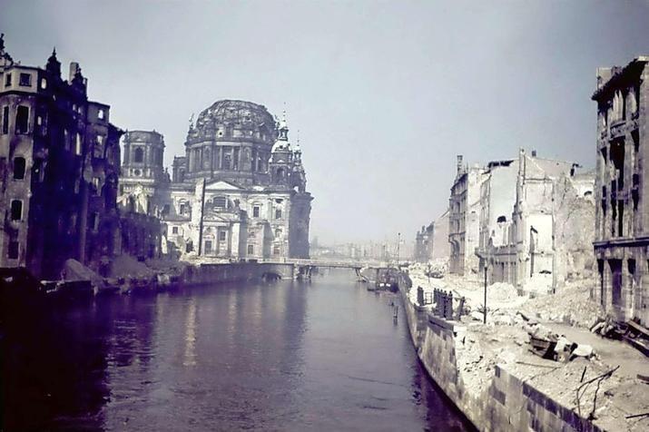 Berlin 1945 An der Spree: In der Bildmitte der zerstörte Berliner Dom, links die Ruine des Stadtschloßes und im Bild rechts das sich anschließende völlig zerstörte Marienviertel.