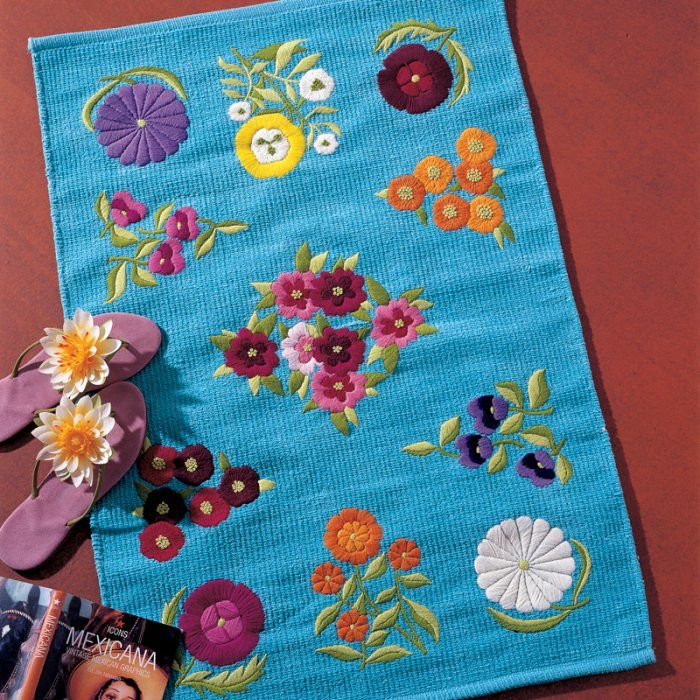 Un tapis brodé de fleurs colorées