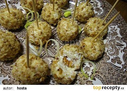 Sýrové kuličky podle Prostřeno (pom.máslo,polotvrdý sýr,česnek,vlašáky)