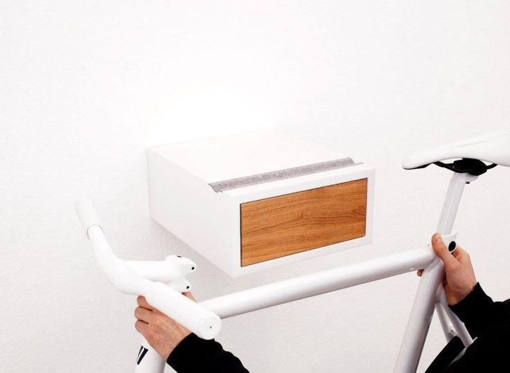 porte vélo mural original et pratique avec tiroir de rangement pour les outils