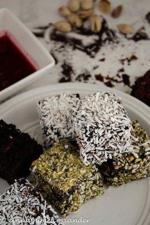 Schokoladen Kirsch Lamingtons zum Valentinstag . Zum Rezept von Cinnamon & Coriander auf cinnamonandcoriander.com
