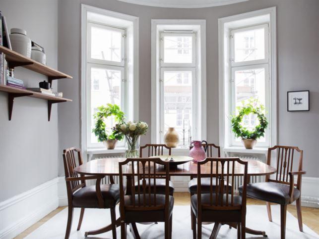 Matplatsen intill vackra fönster. Lägenheten har högt i tak, stuckaturer och vackra pardörrar.