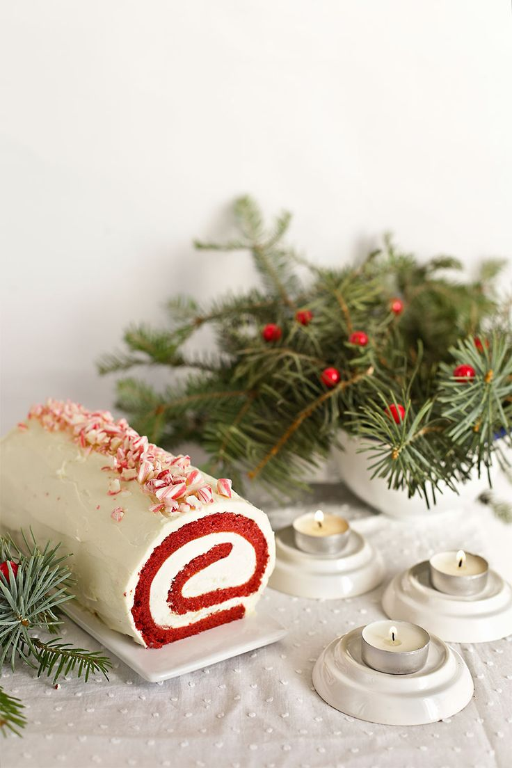 Brazo de gitano Red Velvet sobre plato de cerámica rectangular Nos encanta la Navidad, pero sobre todo los postres navideños, Hoy hemos hecho este brazo de gitano red velvetcon menta que está para caerse de espaldas. Es una receta de The Kitchnmuyfácil,y lo mejor es...