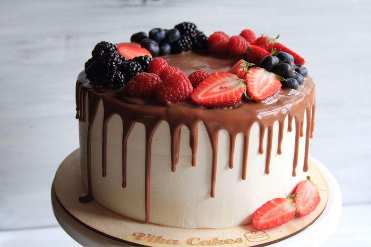 Один из любимейших тортиков взрослых и детей - классический медовик в современном облике. Внутри 16 тончайших медовых коржиков,  сливочно-заварной ванильный крем, крем-чиз, шоколадные подтёки - молочный ганаш на бельгийском шоколаде и море свежих фруктов. Автор instagram.com/vikkita_cakes