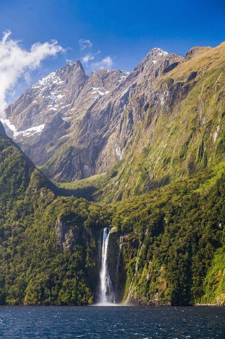 Milford Sound, también conocido como Piopiotahi en maorí, es un fiordo situado en el suroeste de la Isla Sur de Nueva Zelanda.