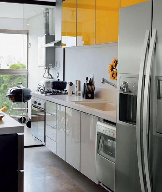 Cozinha corredor com decoração prática