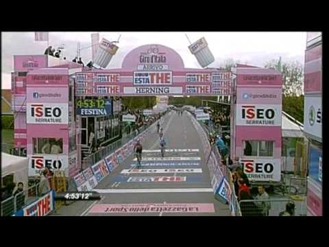 www.3LC.tv - GIRO VIDEO: If you missed stage 2 here's the last KM where Mark 'The Manx Missile' Cavendish wins the sprint. #FAST