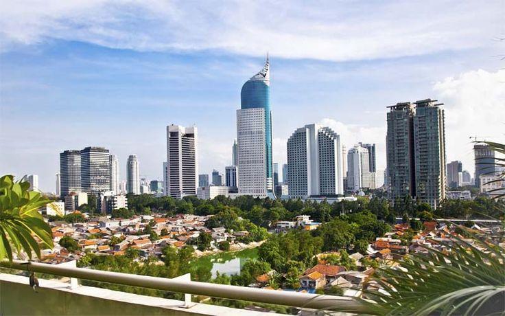 De skyline van Java, Indonesië. Ontdek Java tijdens uw privé-rondreis, geheel op maat samengesteld door Original Asia! Rondreis - Vakantie - Indonesië - Java - Jakarta - Skyline