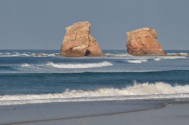 """Les """"Jumeaux"""", baie d'Hendaye, Labourd, Pays basque, Pyrénées Atlantiques, Aquitaine, France. #Hendaye #Hendaya #Labourd #rocher #roca #rock #atlantique #ocean"""