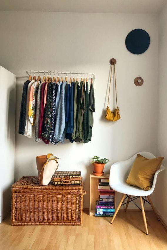 Offener Kleiderschrank im Schlafzimmer. Dorivomdor…