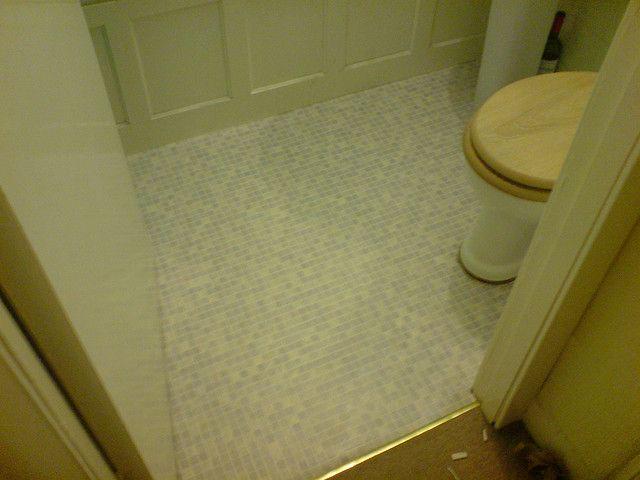 الخطوات الواجب اتباعها لعزل الحمامات يجب صقل ارضية الحمام بواسطة طبقة من القصارة الناعمة وذلك بعد الانتهاء من تركيب المواس Flooring Trash Can Small Trash Can