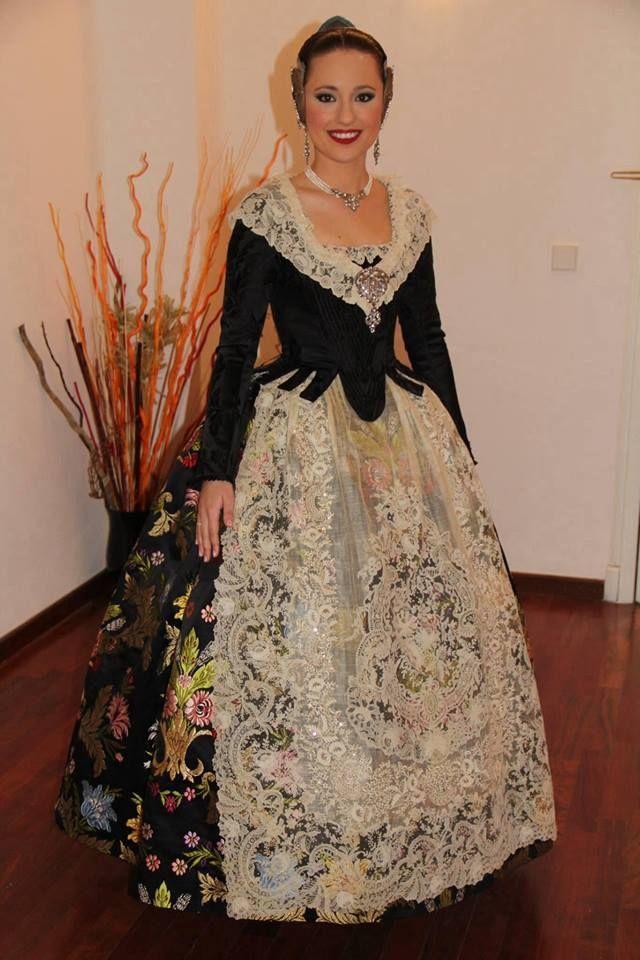 Carmen Sancho de Rosa, Fallera Mayor de Valencia 2014, con un traje impresionante el día de la cridà. Un espolín negro con flores en color pastel y cuerpo brocado. #falla #fallas #fallera #falleras