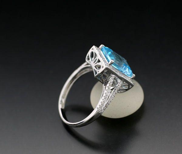 Ring met heldere blauwe topaas en diamant, van in totaal 4,15 ct, 750 witgoud