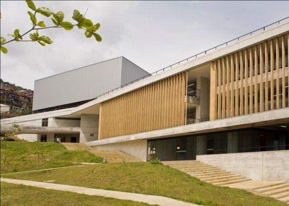 Colegio Santo Domingo Savio. ObraNegra Arquitectos. Balcones. Vista exterior.