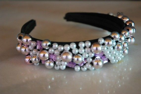 Headband with white and pink beads Price: 35 ron