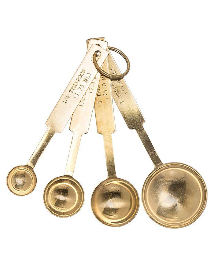 Zlaté odměrkové lžičky nejsou jen krásné, ale i velmi praktické. Efektivně a rychle odměříte polévkovou lžíci (15 ml), lžičku (5 ml), půl lžičky (2,5 ml) a čtvrt lžičky (1,25 ml). Díky kvalitnímu provedení z nerezové oceli vám tyto odměrky také dlouho vydrží.   Rozměry: 1 Tablespoon (15 ml), 1 Teaspoon (5 ml), 1/2 Teaspoon (2,5 ml), 1/4 Teaspoon (1,25 ml) Materiál: nerezová ocel Výrobce doporučuje pouze ruční mytí.