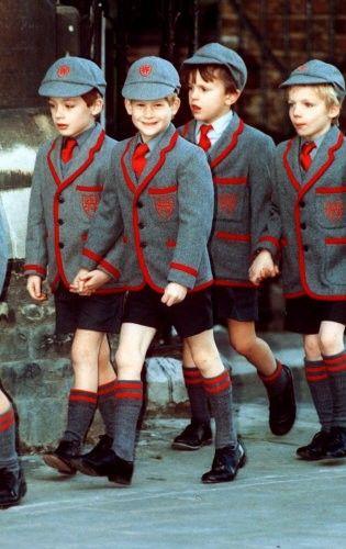 Für Brigitte Zypries zu viel Uniform, sie setzt auf lockere T-Shirts und Sweats: Die britischen Schüler scheint der strenge Einheitsdress nicht zu stören. Der Kleine mit dem netten Grinsen ist übrigens Prinz Harry (zweiter von links) im Jahr 1991 ..... (Foto:dpa) http://www.sueddeutsche.de/karriere/bildstrecke-schuluniform-1.552820