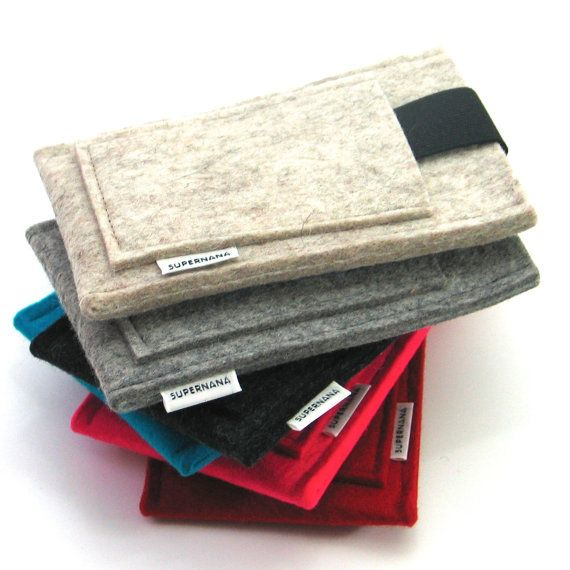 iPhone SE sleeve in thick felt with elastic band and credit card pouch, 100% wool, handmade in the Netherlands
