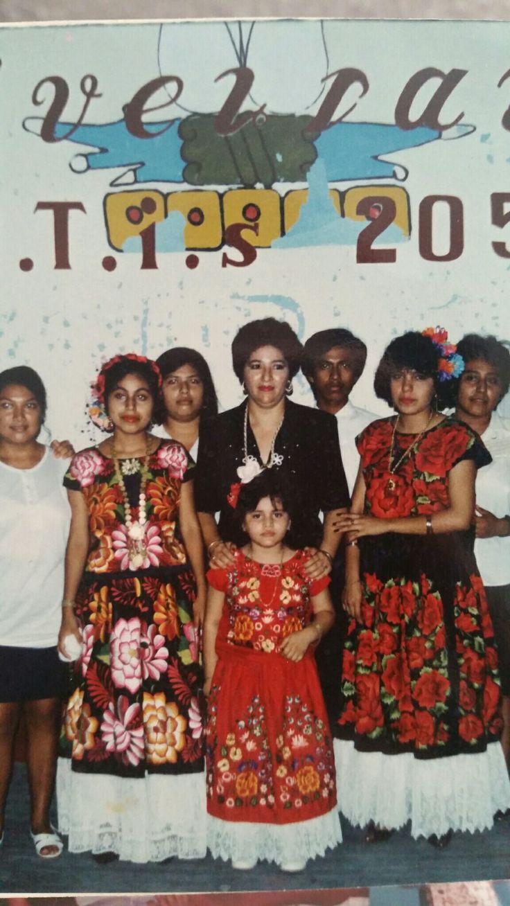 Año 1994, mi madre y yo en la ceremonia de graduación CBTIs 205, juchitán Oaxaca.