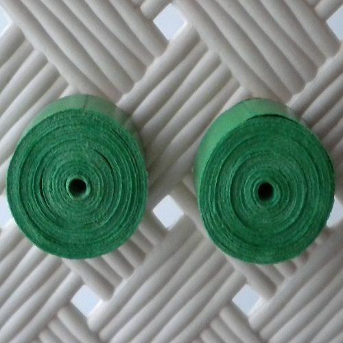Un grosso bottone verde, per abbellire il tuo outfit già perfetto, con un tocco di originalità in più.