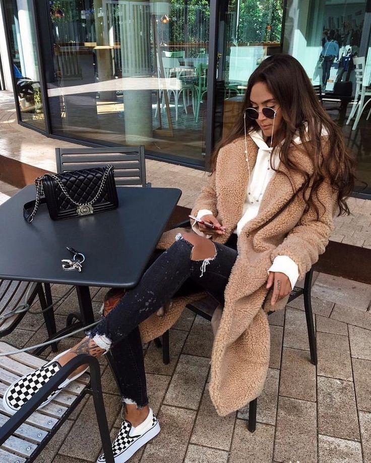 Mode femme automne/hiver avec un manteau en peluche, un sweat beige, un jean destroy et des vans old skool