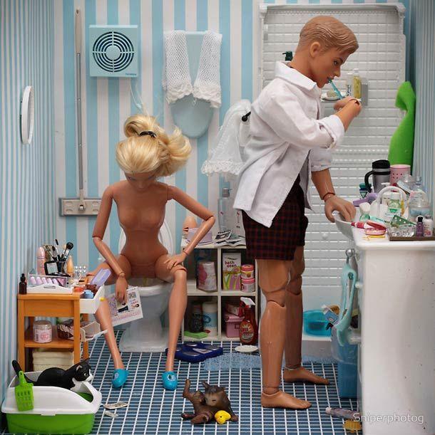 """Après avoir répondu à la question """"Barbie est-elle une serial-killer ?"""", le photographe Mariel Clayton réalise une nouvelle série de photographies dans laq"""