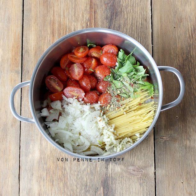 Rezept für 1-2 Personen (je nach Hunger): 170 g Spaghetti 250 g Cocktailtomaten 1/2 Zwiebel 2 Knoblauchzehen Salz, Pfeffer, Chiliflocken 1 Tl Oregano 500 ml Wasser 1 Handvoll Basilikum evtl. Parmesan für hinterher