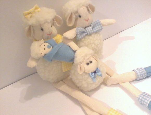 Família de ovelhinhas de pelúcia para decorar o quarto do bebê. Super fofinhos e confeccionados com enchimento antialérgico. A mamãe e o papai possuem pernas moles, podendo ficar sentadinhos em prateleiras, nichos ou em móveis. Preço referente a uma mamãe ovelha, um papai ovelha, um bebezinho e um irmãozinho filhote.  Dimensões da mamãe e do papai: 34cm de altura (da cabeça aos pés), 16cm sentadinhas (cabeça e corpo), 14cm de comprimento e 8cm de largura. Dimensões do filhote: 10cm de ...