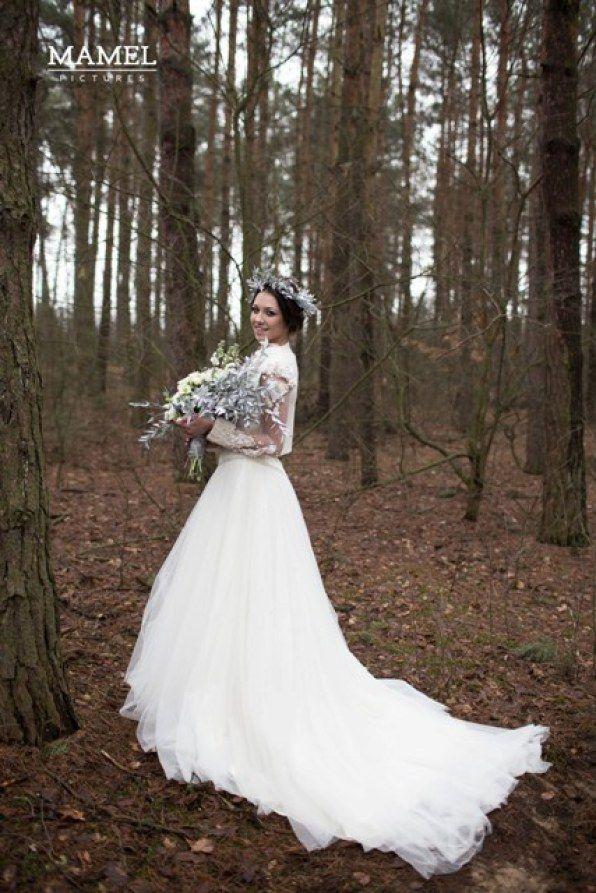 panna młoda w sukni ślubnej z bukietem i wiankiem