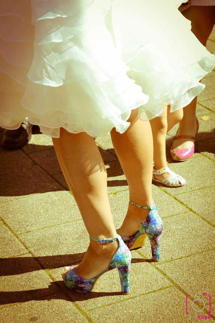 Gekke, gekleurde schoenen onder een bruidsjurk is helemaal hot.