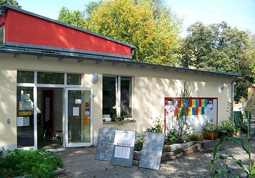Der Otto-Spielplatz ist ein pädagogisch betreuter Spielplatz mit Spielhaus im grünen Herzen von Moabit. Hier treffen sich Kinder zwischen 5 und 14 Jahren zu Spiel, Spaß und Sport.  Sie finden hier Raum zum Lesen, Quatschen, Bauen, Forschen, sinnvollen Freizeit und Ferien verbringen. Offene Spiel- und Bewegungsangebote werden ergänzt durch Gruppenaktivitäten in der Werkstatt, Küche oder dem Lese- und Lernraum.  Eltern mit kleinen Kindern, Kita- und Schulgruppen können den 5.000 qm großen…