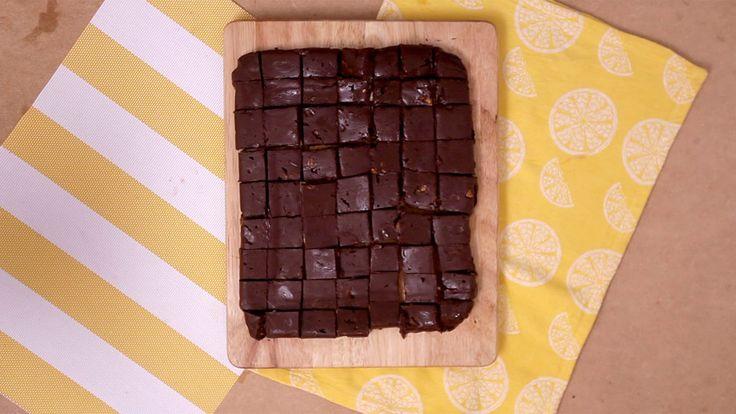 Fudge de Chocolate1 lata (395 g) de leite condensado 400g de chocolate meio amargo 2 colheres de sopa de manteiga sem sal 1 colher de chá de essência de baunilha 1 xícara de nozes picadas