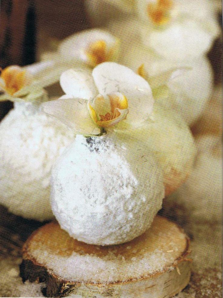 oude kerstballen beschilderen met matte verf en spuitsneeuw erover, kroontje eruit voor de opening en bloem erin. Boomstammetje eronder met een beetje lijm vastzetten.... crea bea!!! ook leuk met naamkaartje aan tafel i.p.v. bloem