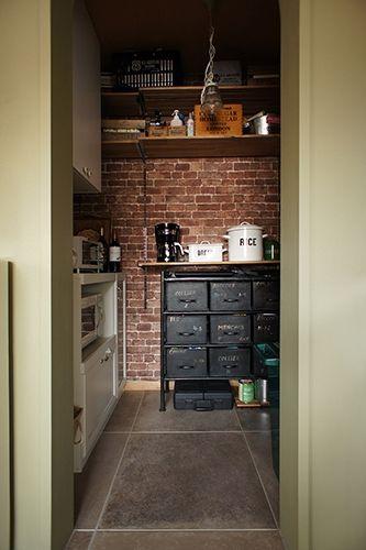 <p>ブリックタイルに見えるのは、実は壁紙!+キッチンからチラリとのぞくパントリーに施したアクセント。</p>