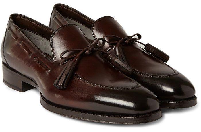 Bruna skor i loafersmodell – snyggt till mörkblå kostym. Oscar Jacobsson.