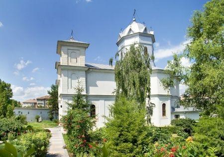 """Manastirea Sfintii Voievozi Slobozia este una dintre marile manastiri din sud-estul tarii. Manastirea se afla in campia Baraganului, pe malul stang al Ialomitei, in orasul Slobozia, avand biserica inchinata Sfintilor Arhangheli Mihail si Gavriil, numiti si """"Sfintii Voievozi"""", si fiind ctitorie a lui Enache Caragea si a voievodului Matei Basarab (1632 – 1654)."""