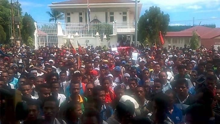 26 February 2016 | Sam King  Protesters gather outside the Australian Embassy in Dili, 23 February A large and angry demonstration was held outside the Australian Embassy in Dili on 23 February, a… http://winstonclose.me/2016/02/28/big-protest-confronts-australian-embassy-in-dili-written-by-sam-king/