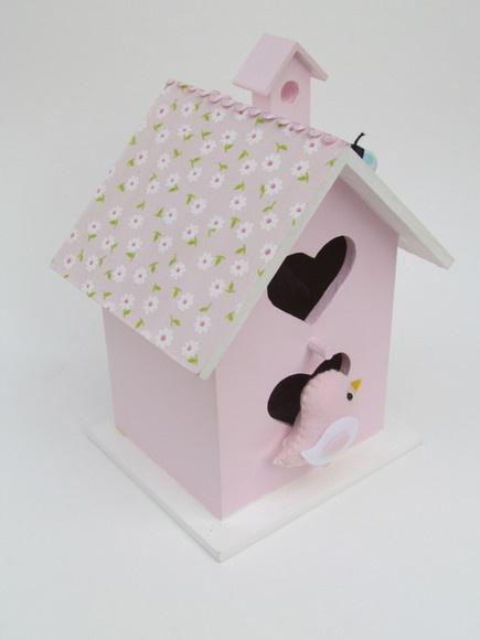 Para decorar quartos de menina ou cantinhos especiais!  Casinha de passarinho decorativa,  com detalhes em tecido. Com aplique de passarinho ou corujnha em feltro. 22 cm de altura, 14 de largura.  Disponível em rosa, lilás, branco, verde ou azul. R$49,90