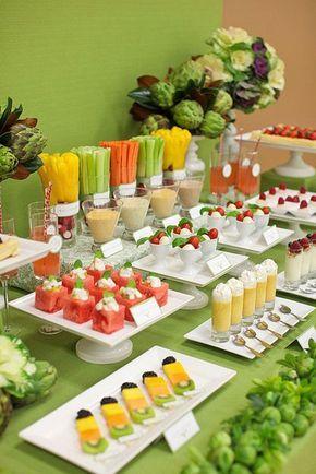 Buffet de vegetales y frutas para un almuerzo o una despedida de soltera.