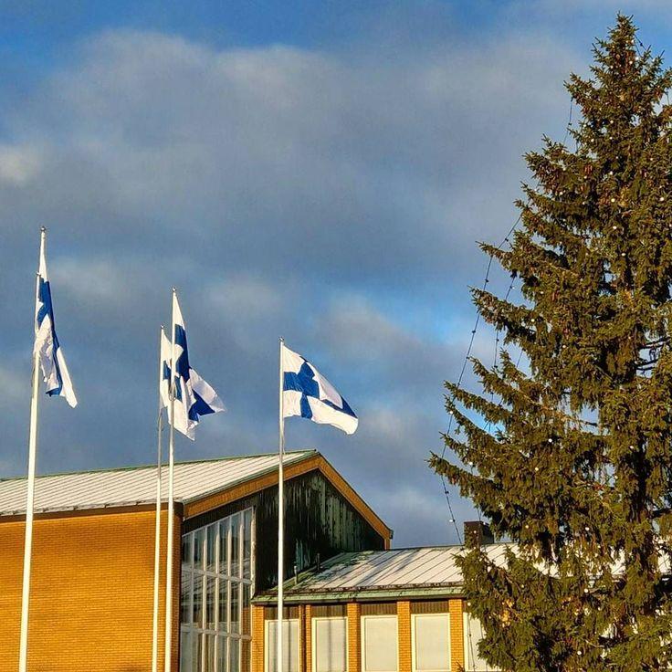 Hyvää itsenäisyyspäivää kaikille - liput salkoon kaikissa torpissa ja kartanoissa satavuotisen tarinamme kunniaksi! Liputus oli tänään päivällä asianmukaisessa juhlakunnossaan Vantaan kaupungintalon edustalla. Kyseinen pytinki on hieno esimerkki suomalaisen rakentamisen kultakauden 1950-luvun julkisrakentamisesta edesvastuussa ovat arkkitehdit Eija ja Olli Saijonmaa. #suomi100 #itsenäisyyspäivä #1950-luku #fiftari #rakennusperintö #tunnistatyylikausi