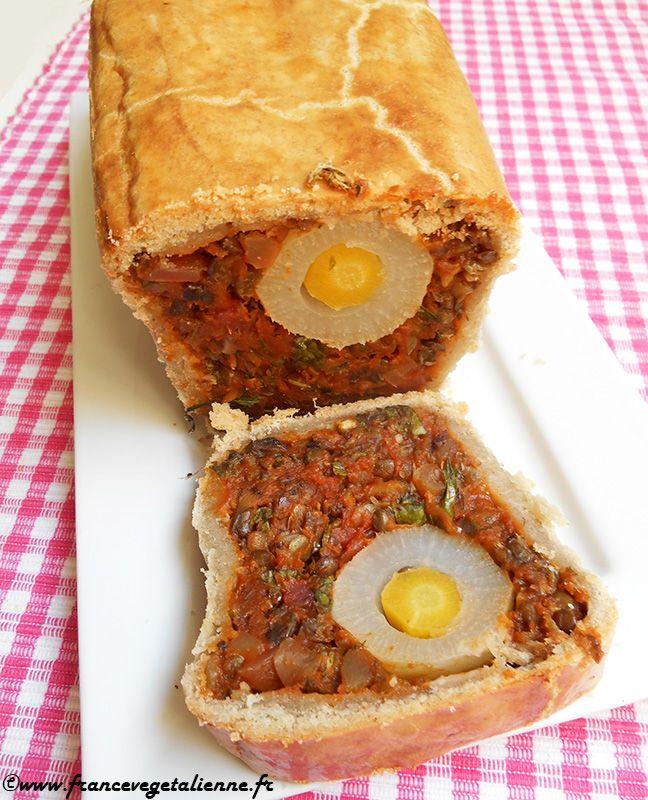 Pâté de Pâques (recette végane) 2 x pâte brisée salée 100 g de lentilles vertes 200 g de betterave rouge cuit 200 g de champignons de Paris 1 bel oignon 1 à 2 gousse(s) d'ail 1 cuil. à soupe de concentré de tomate 2 cuil. à soupe bombée de fécule de maïs 1 cuil. à soupe d'eau-de-vie (facultatif) Huile Epices (noix de muscade, curcuma, etc.) ½ bouquet de persil (ou persil et ciboulette) Sel Poivre 2 cuil. à soupe de crème végétale pour la dorure