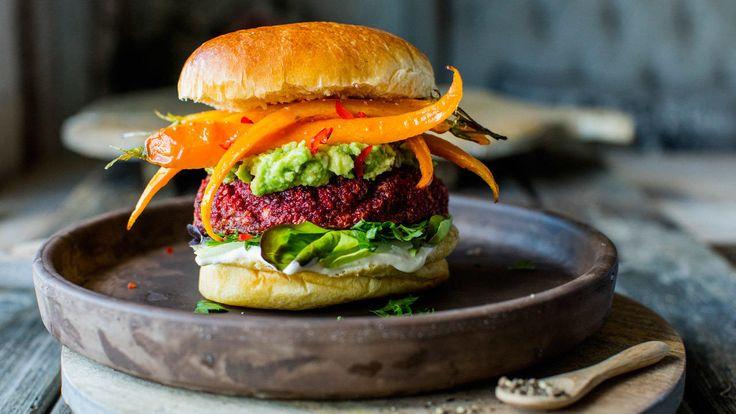 Rødbetburger er verdt å prøve hvis du for eksempel planlegger en kjøttfri dag eller har lyst på noe sunt og godt.    Burger kan lages av både kokte og rå beter, men jeg liker å bake dem først for en ekstra sødmefull og rund smak. Sammen med avokadokrem og honningbakte gulrøtter blir det en super spennende rett som du ikke behøver å være vegetarianer for å like.