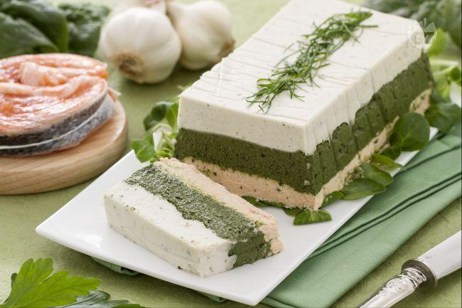 La terrina di pesce e spinaci è un antipasto delicato e raffinato, ottimo per un buffet o un aperitivo, o come sfizio prima di una cena formale.