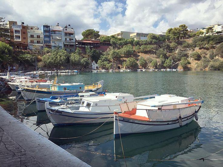 Попрощались сегодня с городком Агиос-Николаос. Очень милое местечко, дня на три-четыре остановиться стоит.  Длинная набережная, бирюзовая вода, озеро с живописной скалой и множество кафе-ресторанов, где можно уютно посидеть. Единственный минус - галечный пляж. На любителя, конечно 😄 я вот люблю песочек, а вы? #греция #sea #travel #greece #🇬🇷 #agiosnikolaos #jammm_travel #