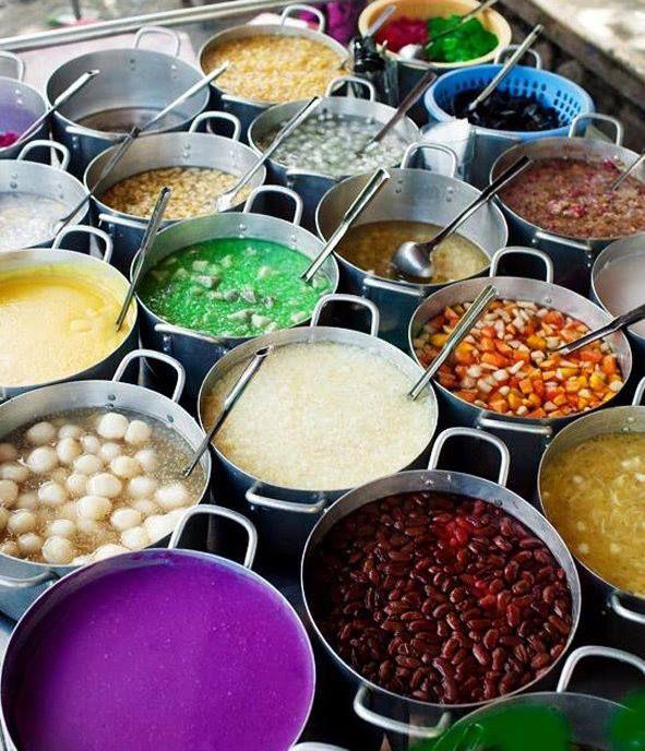 Street market selling the numerous variations of Che Hem (sweet soup) in Hanoi, Vietnam