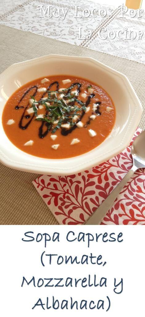 Sopa Caprese: Una sopa de tomates asados y queso parmesano acompañada de dados de mozzarella fresca, tiras de hojas de albahaca y reducción balsámica. ¡Simplemente deliciosa! Puedes encontrarla en www.muylocosporlacocina.com