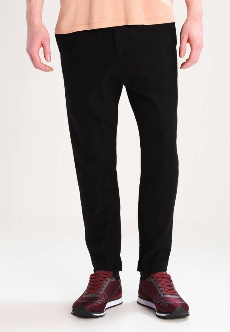 Filippa K. M. LAWRENCE - Treningsbukser - black. Lengde innside ben:64 cm i størrelse M. Lengde:ankellengde. Bukselommer:Baklommer,Sidelommer. Ben ytterside:102 cm i størrelse M. Høyde til midje:høy. Overmateriale:75% ull, 25% polyester. Mønster:...