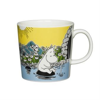 Moment on the shore Moomin mug is Arabia's seasonal mug for the summer season in 2015. The mug has a lovely illustration with Tove Jansson's characters from the story