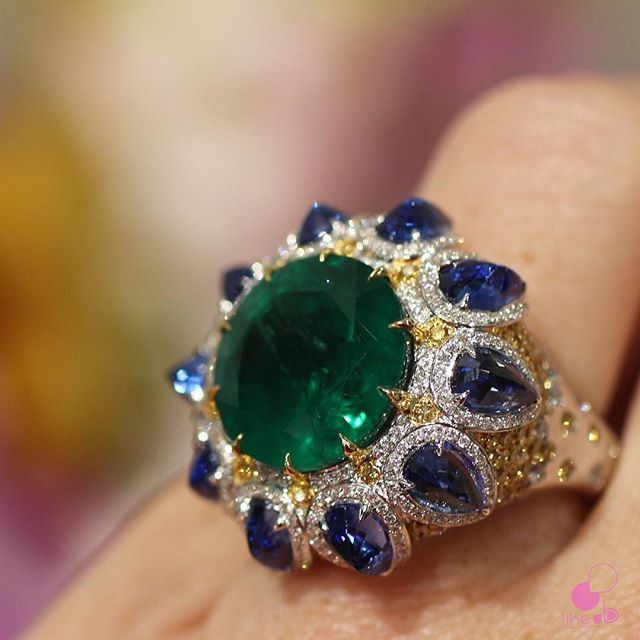 Amazing ring by @alessio_boschi_jewels seen in #baselworld2016 #highjewelry #emerald #highjewellery #jotd #ringoftheday #jewelryinsider #likeab #AlessioBoschi #italiandesigner #basel2016 #baselworld