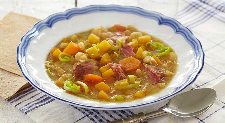 Ertesuppe med rotgrønnsaker Ertesuppe er skikkelig tradisjonsmat som fortjener å lages mer. I vår oppskrift har vi tilsatt ekstra med rotgrønnsaker, slik at suppen blir god og fyldig på smak. Lag mye og frys ned til siden.  250 g gule erter2 l vann1 kokt lettsaltet svineknoke (/røkt i